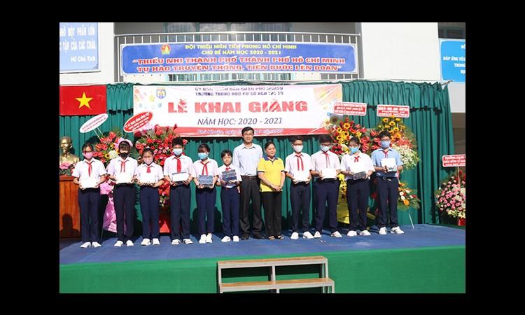 PNJ trao 100 suất học bổng cho học sinh nghèo vượt khó địa bàn quận Phú Nhuận