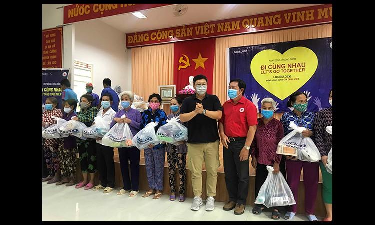 Lock&Lock thực hiện chiến dịch ''Hãy đi cùng nhau - Let's Go Together'' Trao tặng quà cho gia đình có hoàn cảnh khó khăn tại khu vực Đồng bằng sông Cửu Long