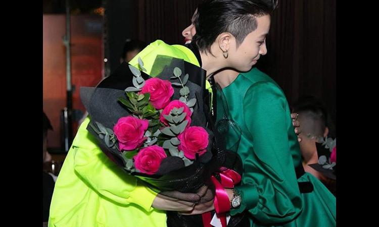 Hoàng Thùy Linh khoe ảnh ôm Gil Lê trong tiệc cuối năm
