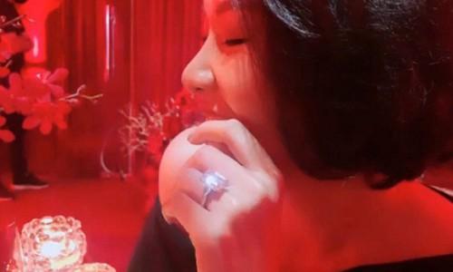 Bạn gái MC Quang Bảo đeo nhẫn đính hôn?