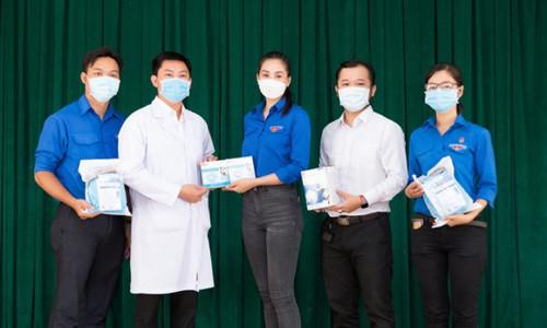 Tiểu Vy trao hiện vật trị giá 400 triệu đồng cho Bệnh viện dã chiến
