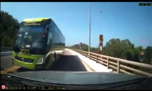 Kinh hoàng cảnh xe khách vượt ẩu, suýt gây tai nạn
