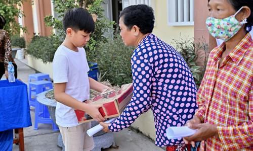Hồ Ngọc Hà đưa Subeo đi tặng máy lọc nước cho bà con miền Tây
