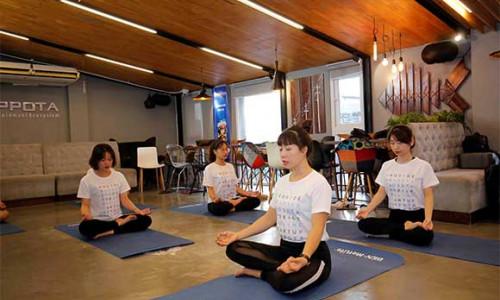 """""""Tập hăng say"""" cùng BIDV MetLife với chuỗi lớp học Yoga tại văn phòng"""