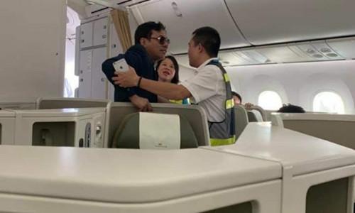 Khách hạng thương gia say xỉn, bị tố sàm sỡ cô gái trên máy bay