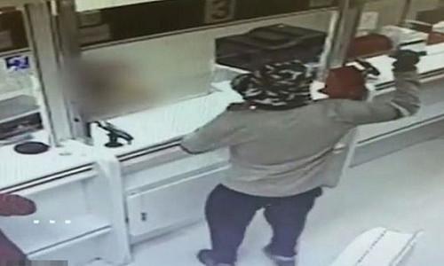 Dùng quả bơ đi cướp hai ngân hàng