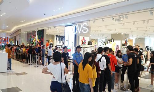 """Hàng trăm """"tín đồ"""" thời trang xếp hàng dài cả tiếng đồng hồ chờ mua OVS"""