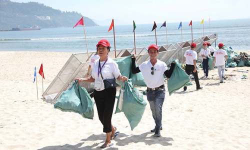 """Hơn 800 tình nguyện viên của Prudential và WWF-Việt Nam """"Giải Cứu Đại Dương"""""""