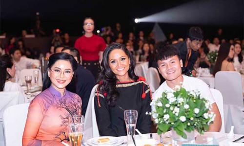 """Vợ chồng Johnathan Hạnh Nguyễn ủng hộ hơn 3 tỉ đồng cho đội tuyển U.22 nam, nữ Việt Nam & Quỹ học bổng Vừ A Dính tại chương trình """"Những cánh chim khát vọng"""""""