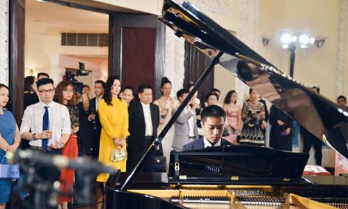 Hoa hậu Giáng My và Doanh Nhân Eric Nguyễn đấu giá thành công cây piano Blüthner gần 5 tỷ đồng trao tặng cho dàn nhạc giao hưởng trẻ Sài Gòn