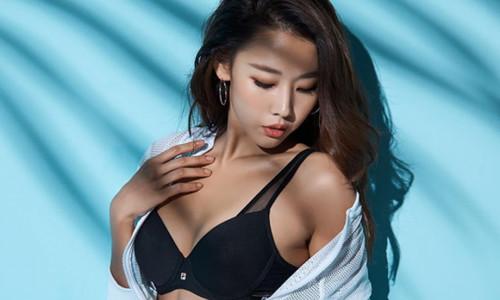 Người mẫu Hàn đáp trả khi bị chỉ trích mặc khoe thân