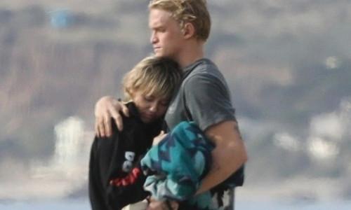 Miley Cyrus ôm áp bạn trai kém 5 tuổi trên biển