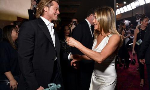 Brad Pitt nắm tay vợ cũ Jennifer Aniston