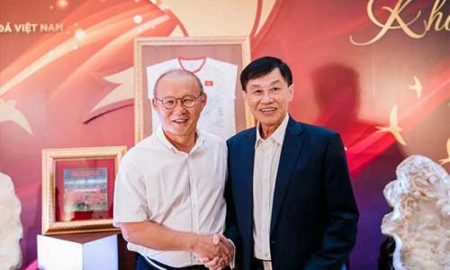 """""""Vua"""" hàng hiệu Johnathan Hạnh Nguyễn và HLV Park Hang Seo chung tay tiếp sức quỹ học bổng Vừ A Dính"""